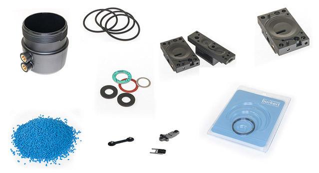 Verschiedene Gegenstände aus Kunststoff auf weißem Hintergrund